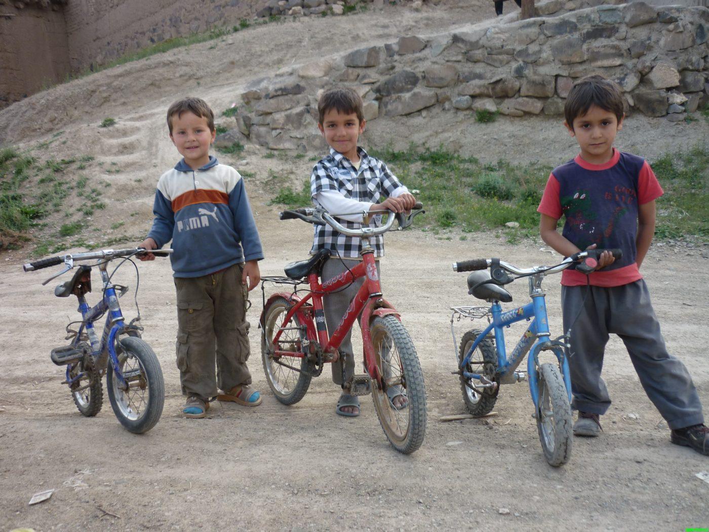 دوتا عکس جالب از بچه های روستا